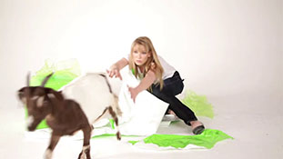 Anna Torv wraps a goat for Oxfam Unwrapped (1)