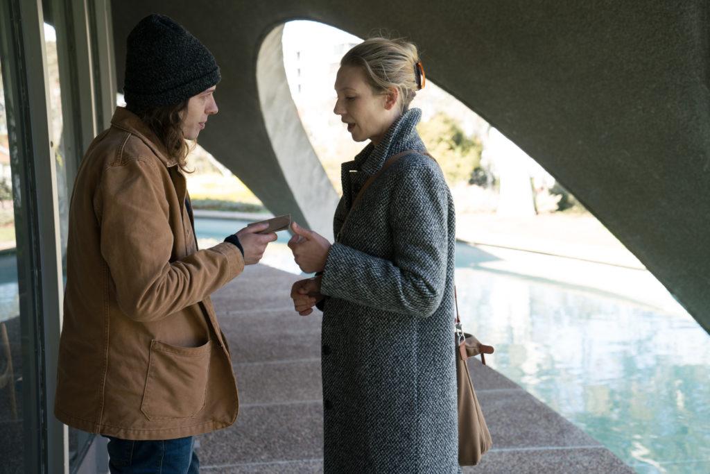 Secret-City-Harriet-Anna-Torv-asks-Felix-to-decrypt-the-SIM